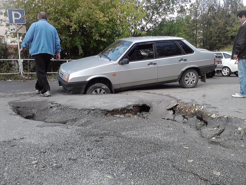 Машина попала в яму колесом
